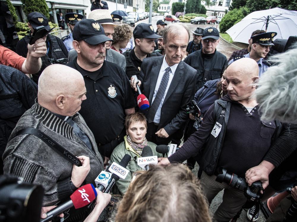 Janina Ochojska i Bogdan Klich podczas próby wejścia na teren Sejmu 16 maja 2018 r.