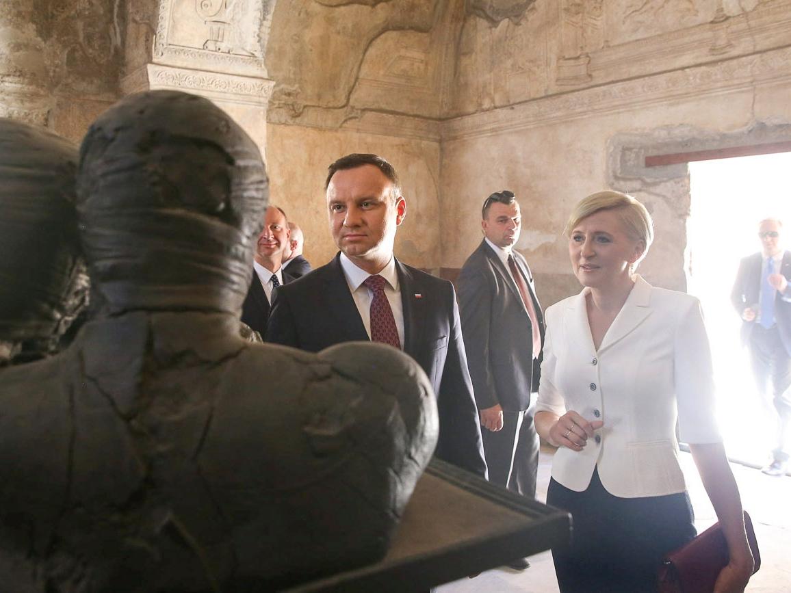 Para prezydencka zwiedza wystawę rzeźb Igora Mitoraja