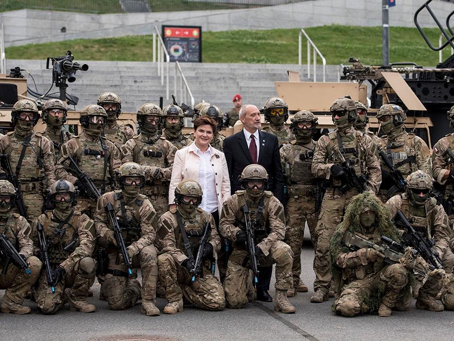 Premier Beata Szydło i minister obrony narodowej Antoni Macierewicz