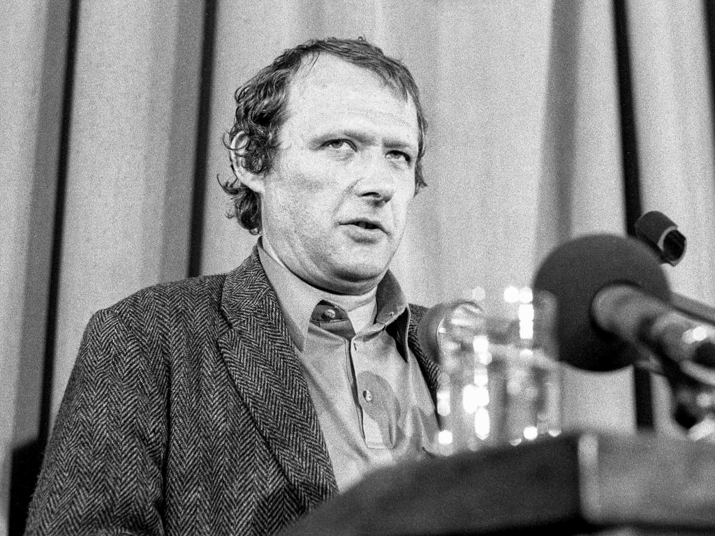 Adam Michnik podczas posiedzenia Komitetu Obywatelskiego przy Lechu Wałęsie 24 czerwca 1990 r. w Auditorium Maximum Uniwersytetu Warszawskiego