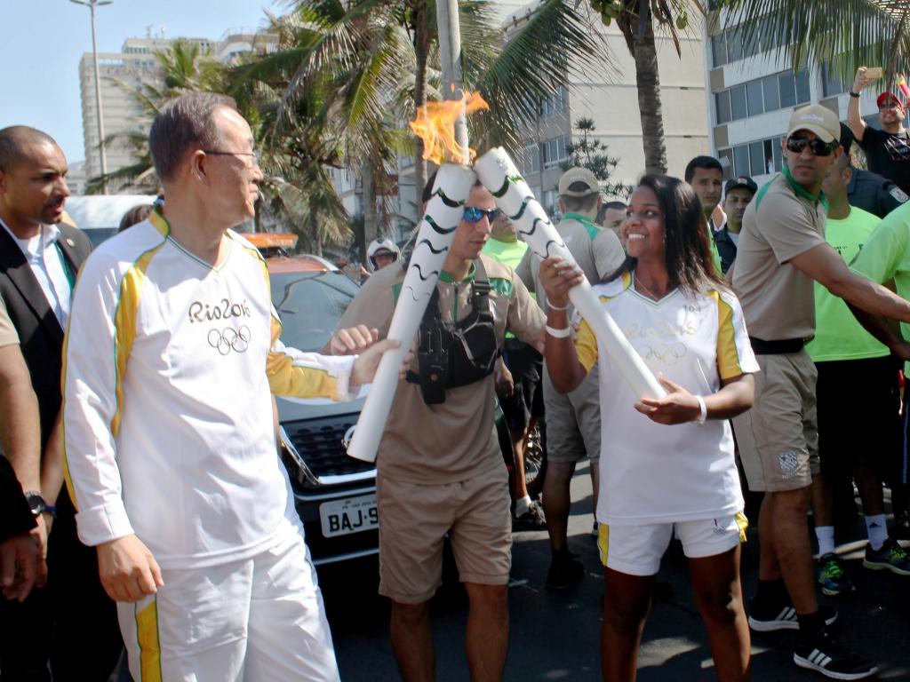 Sekretarz generalny ONZ Ban Ki-moon przekazuje ogień olimpijski Thaizie Vitórii, 15-letniej brazylijskiej piłkarce ręcznej 5 sierpnia w Rio de Janeiro