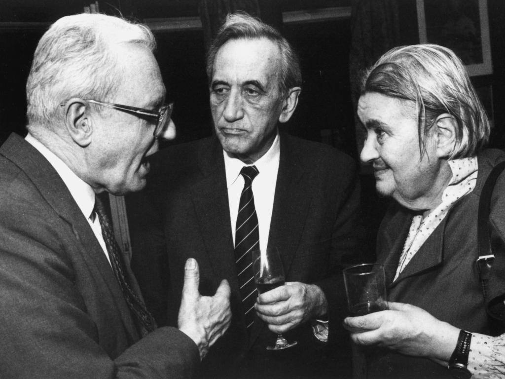 Andrzej Wielowieyski, Tadeusz Mazowiecki i Stanisława Grabska w lokalu KIK na Kopernika 34. Rok 1993