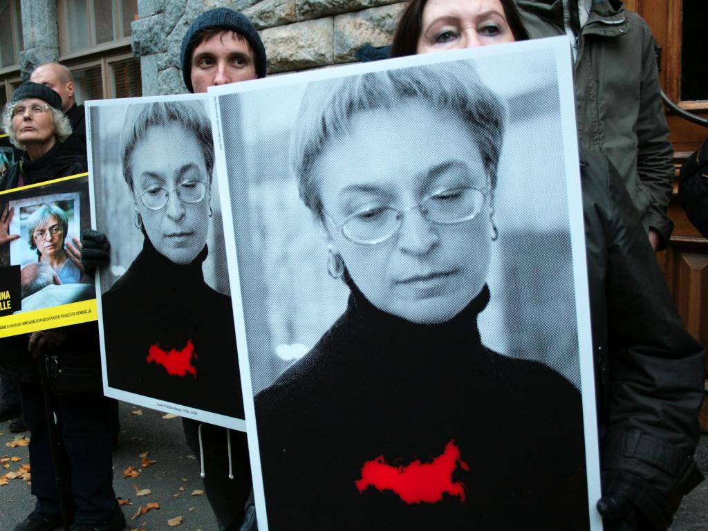 Demonstracja przed rosyjską ambasadą w Finlandii w rocznicę zabójstwa Anny Politkowskiej 7 października 2014 r.