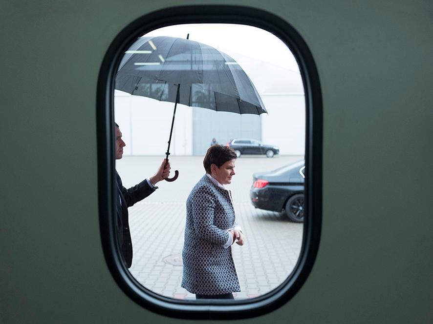 Premier Beata Szydło podczas wizyty w Wojskowych Zakładach Lotniczych w Łodzi