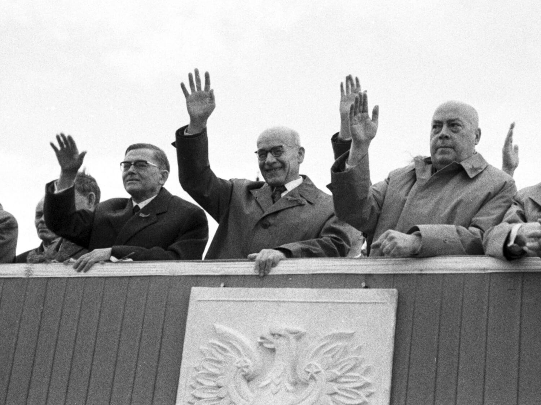 Loża honorowa na pl. Defilad w Warszawie 1 maja 1963 r. Od lewej: przewodniczący Rady Państwa Aleksander Zawadzki, I sekretarz PZPR Władysław Gomułka, prezes Rady Ministrów Józef Cyrankiewicz