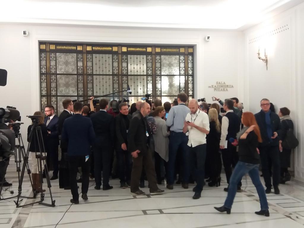 Obrady Sejmu za zamkniętymi drzwiami Sali Kolumnowej