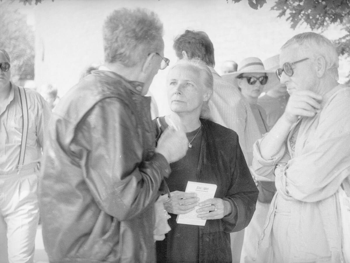 Tłumacz Ziemowit Fedecki (z lewej), poetka Agnieszka Osiecka (w środku) i aktor Ryszard Pracz (z prawej) podczas kiermaszu książek w Warszawie