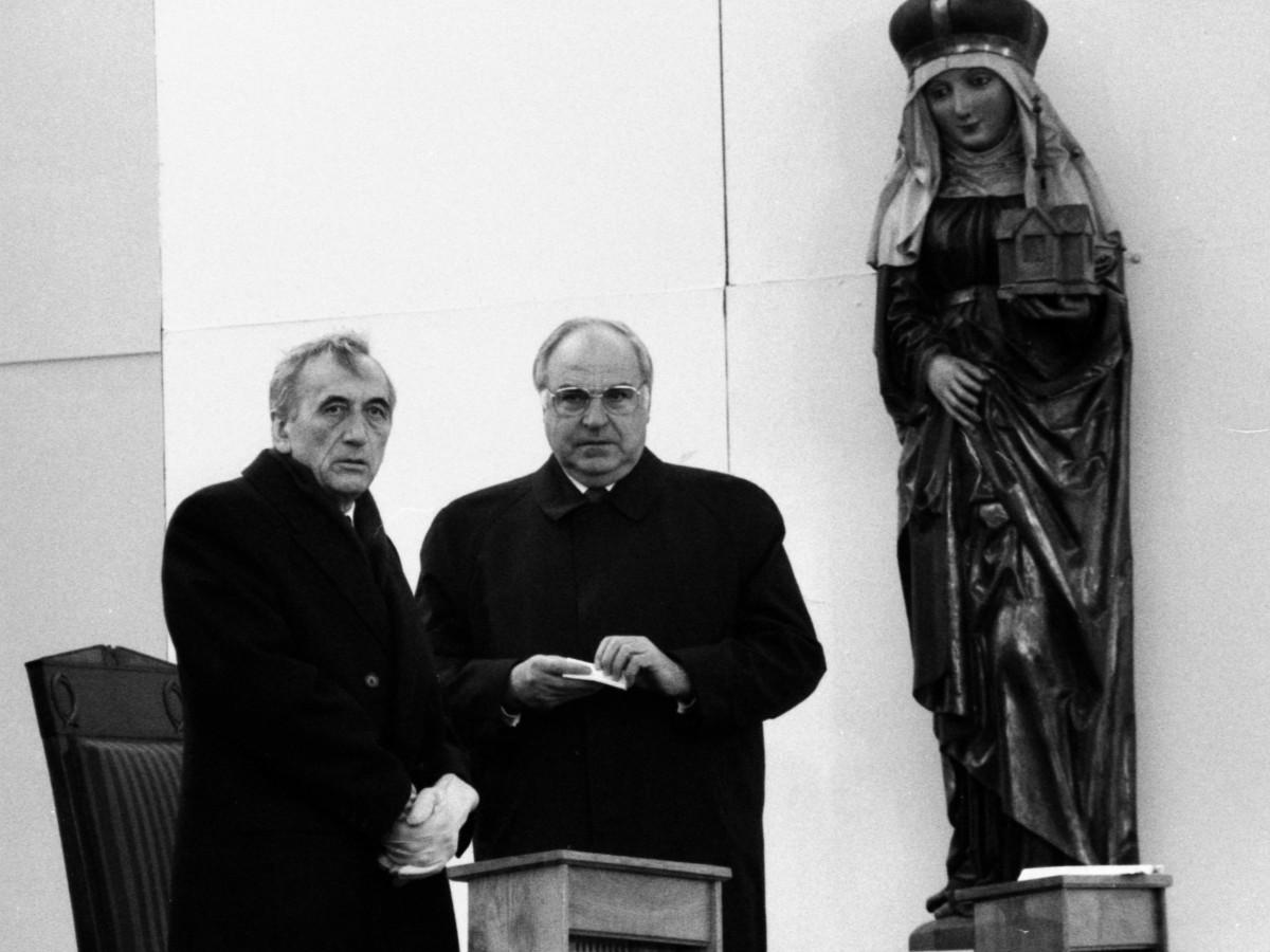 Premier Polski Tadeusz Mazowiecki i kanclerz Niemiec Helmut Kohl podczas Mszy Pojednania