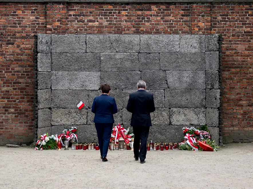 Premier Beata Szydło i wicepremier Piotr Gliński w Auschwitz