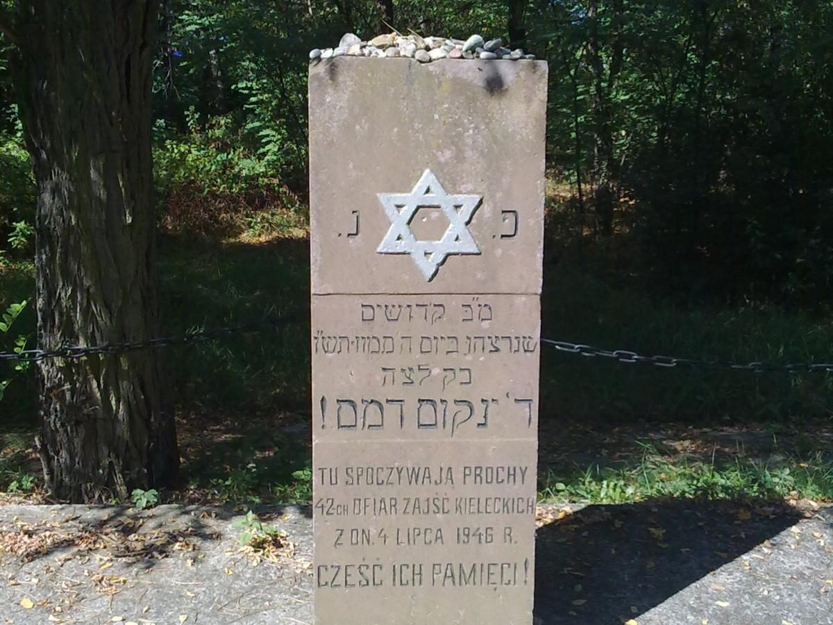 Grób ofiar pogromu na kieleckim cmentarzu żydowskim