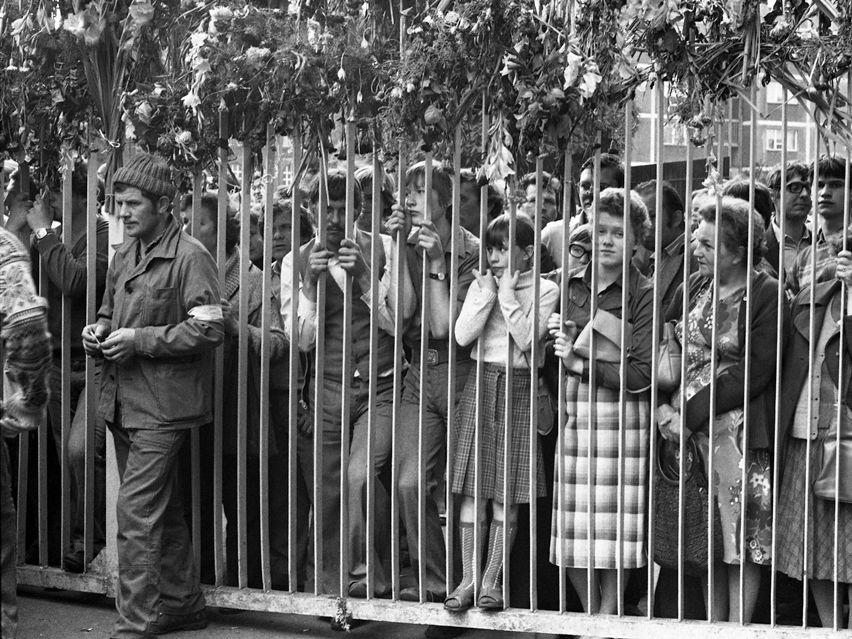 Rodziny strajkujących przy bramie nr 2 Stoczni Gdańskiej