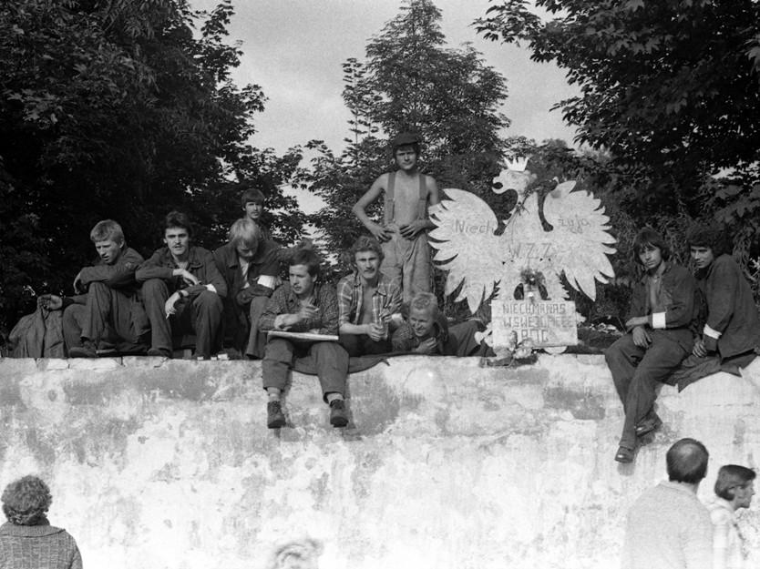 Strajkujący i strajkowe dekoracje murów Stoczni Gdańskiej im. Lenina