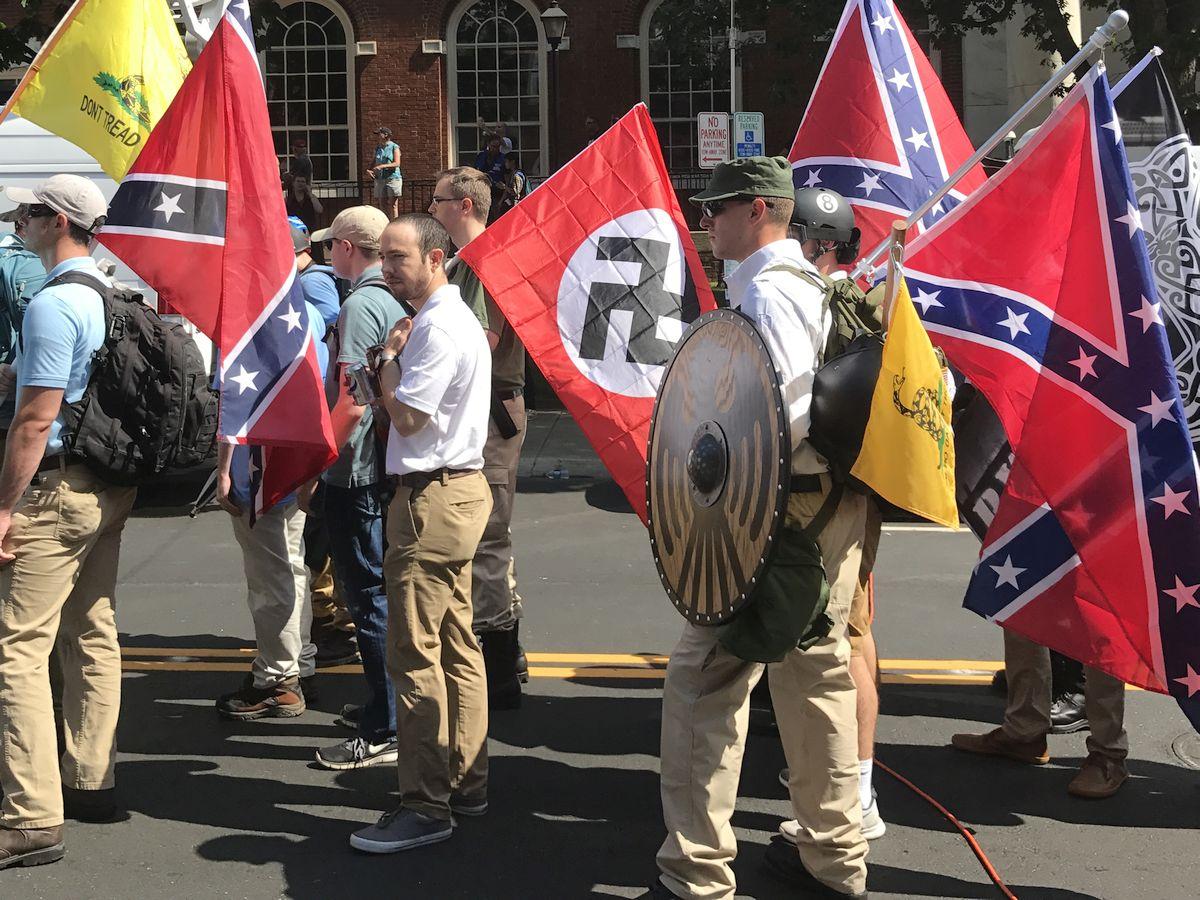 Demonstranci alt-prawicy podczas marszu w Charlottesville
