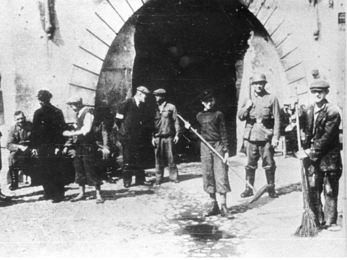 Żydzi sprzątają na warszawskiej ulicy