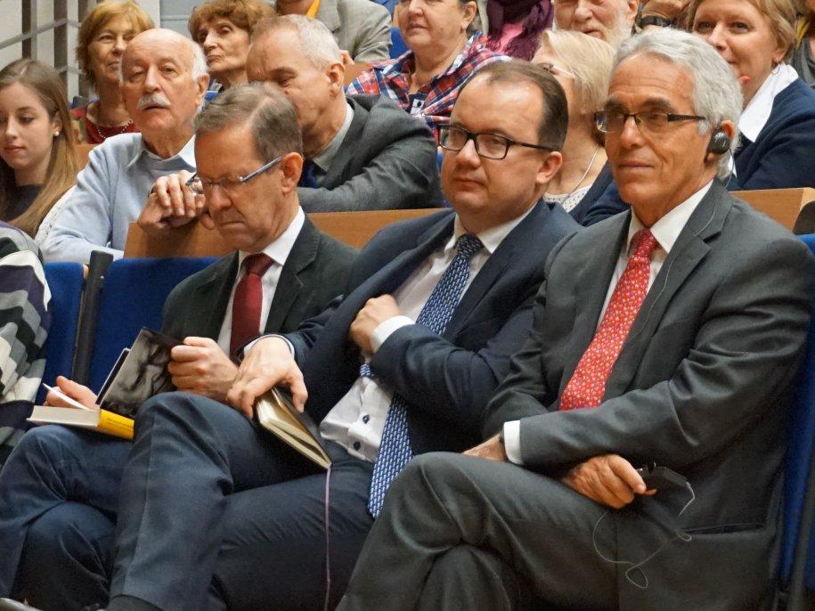 """Spotkanie z prof. Adamem Strzemboszem i Stanisławem Zakroczymskim, autorami książki """"Między prawem i sprawiedliwością"""""""
