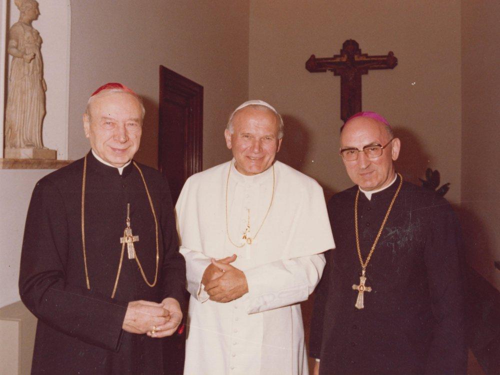 Kard. Stefan Wyszyński, papież Jan Paweł II i bp Bronisław Dąbrowski