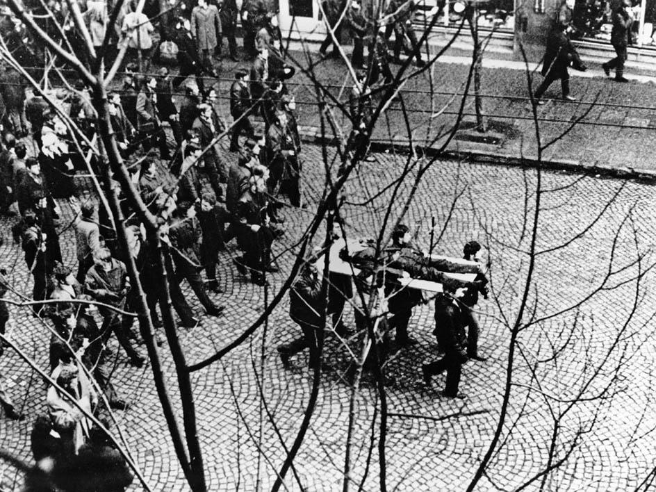 Robotnicy Stoczni Gdyńskiej niosą na drzwiach ciało Zbigniewa Godlewskiego