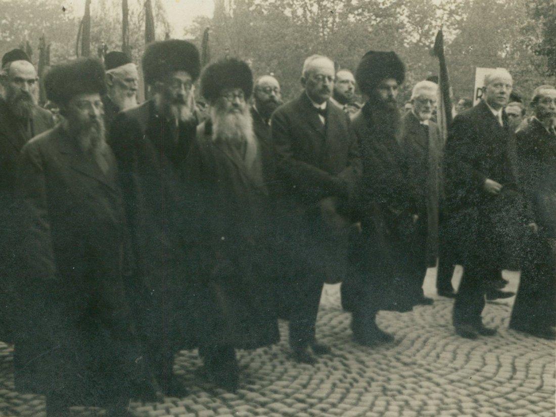 Grupa rabinów na pogrzebie Józefa Piłsudskiego