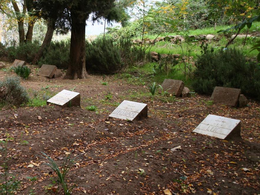 Groby zamordowanych trapistów na cmentarzu klasztornym w Tibhirine