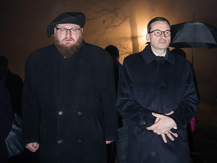 Piotr M.A. Cywiński (z lewej) i Mateusz Morawiecki
