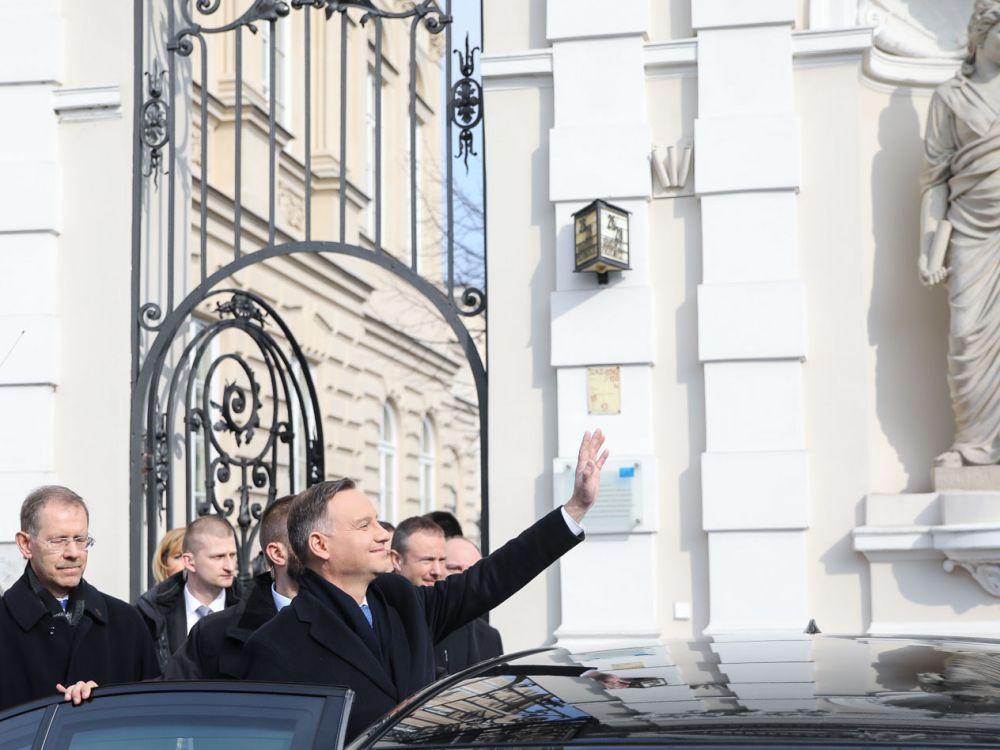 Prezydent Andrzej Duda przed bramą Uniwersytetu Warszawskiego
