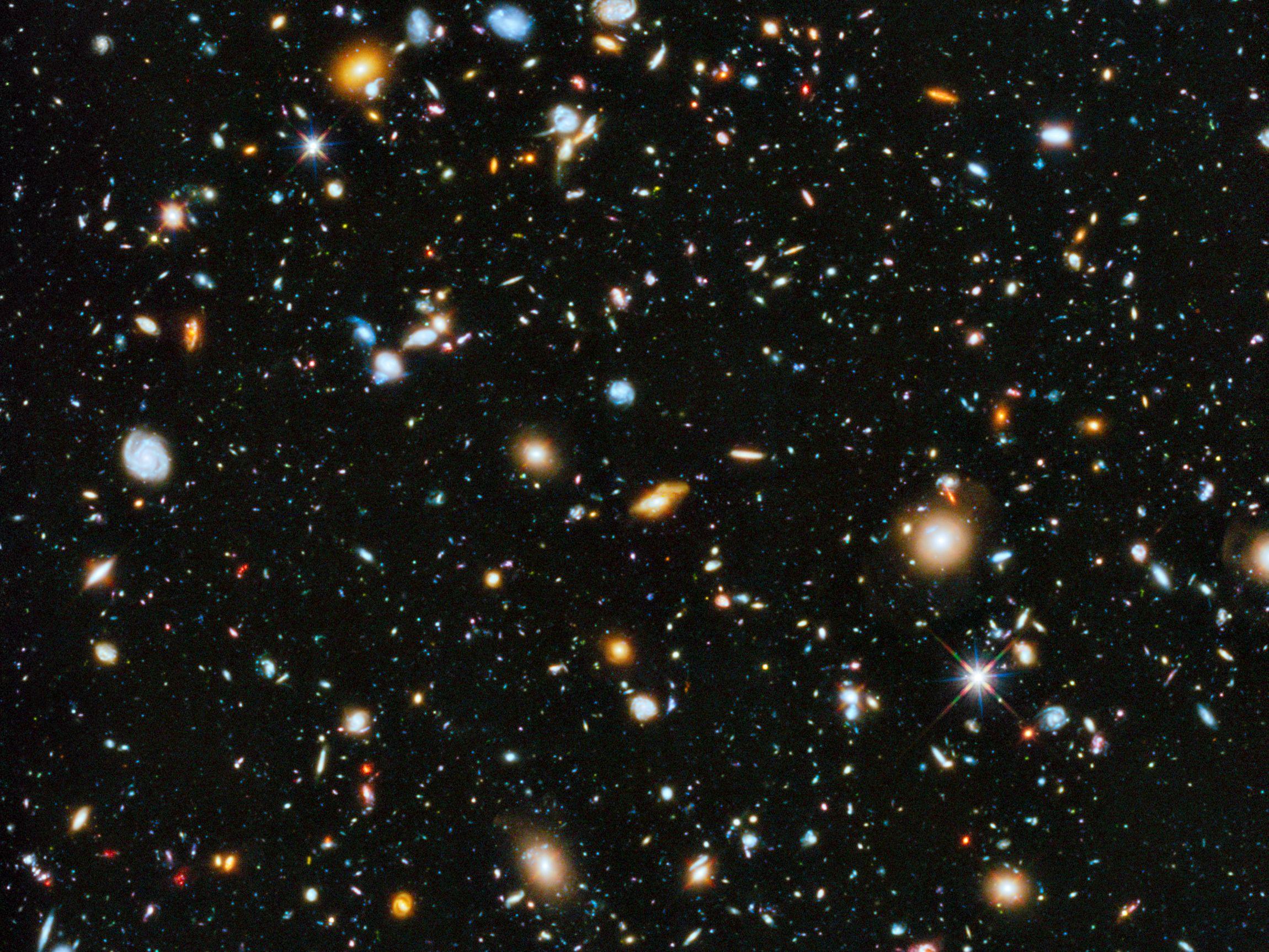 Obraz z teleskopu Hubble'a z 3 czerwca 2014 r. , ukazujący najbardziej odległe od Ziemi galaktyki