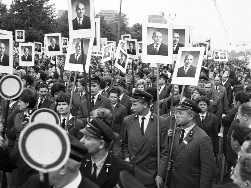 Umundurowani pracownicy Polskich Kolei Państwowych z podobiznami Władysława Gomułki