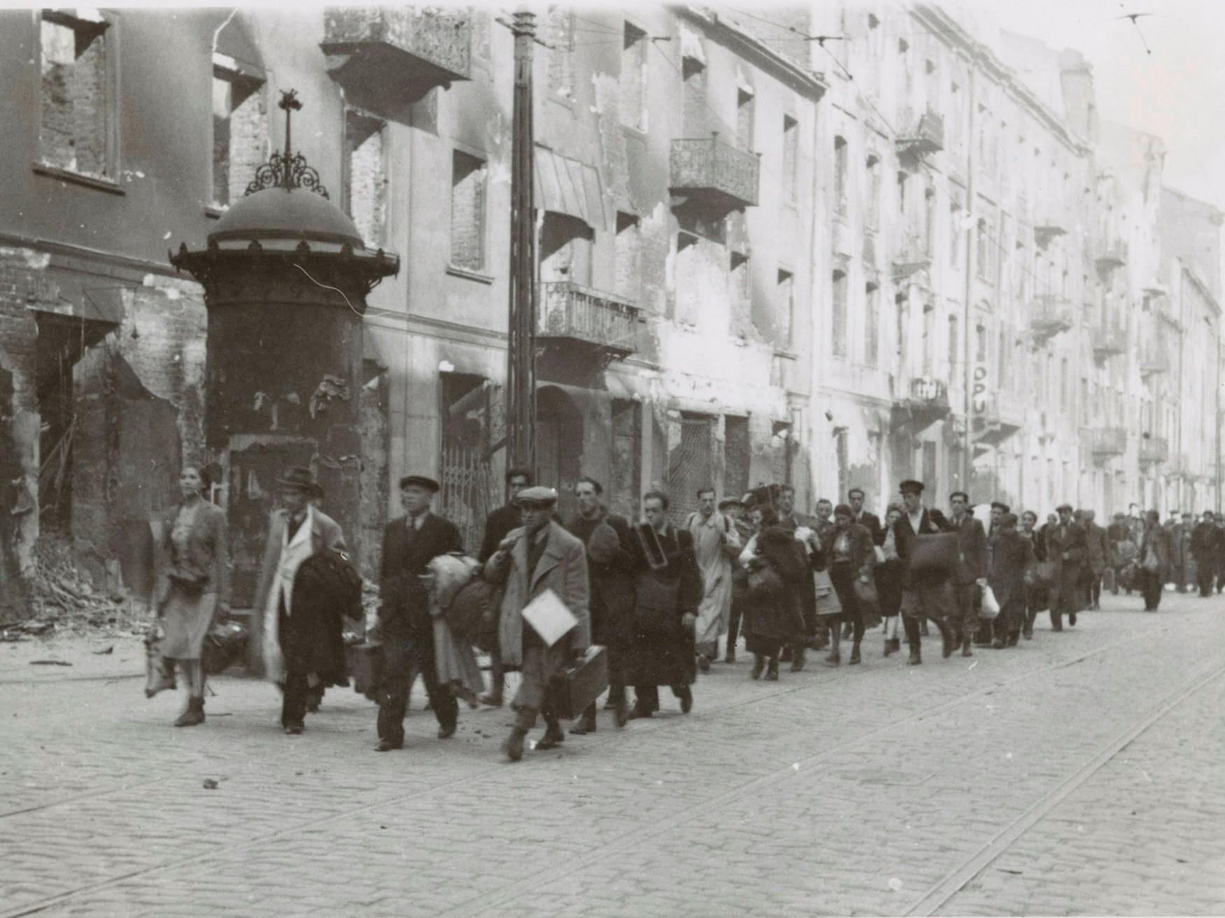 Żydzi na ulicy Zamenhofa w drodze na Umschlagplatz w czasie powstania w getcie warszawskim. Fot. Wikimedia commons