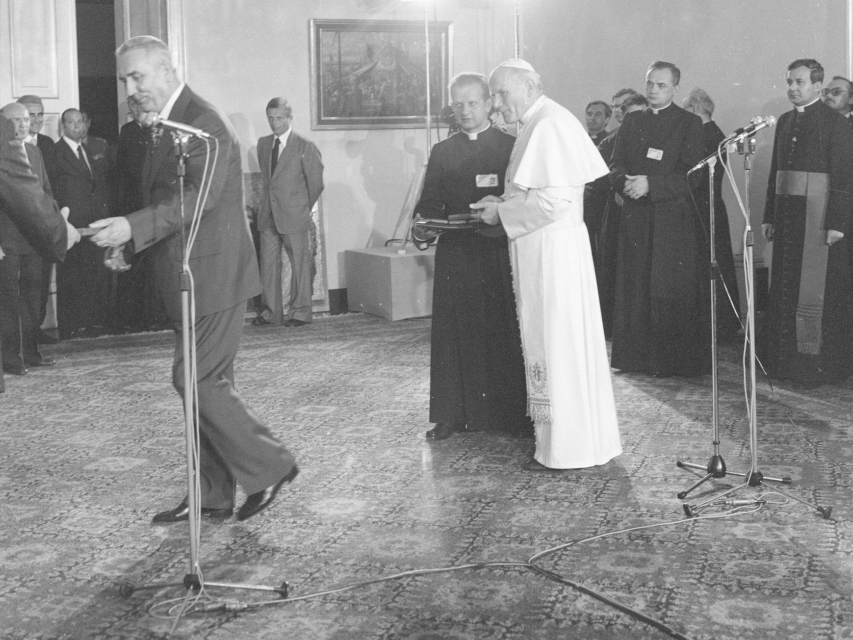 Jan Paweł II i ks. Stanisław Dziwisz podczas spotkania z Edwardem Gierkiem i władzami PRL