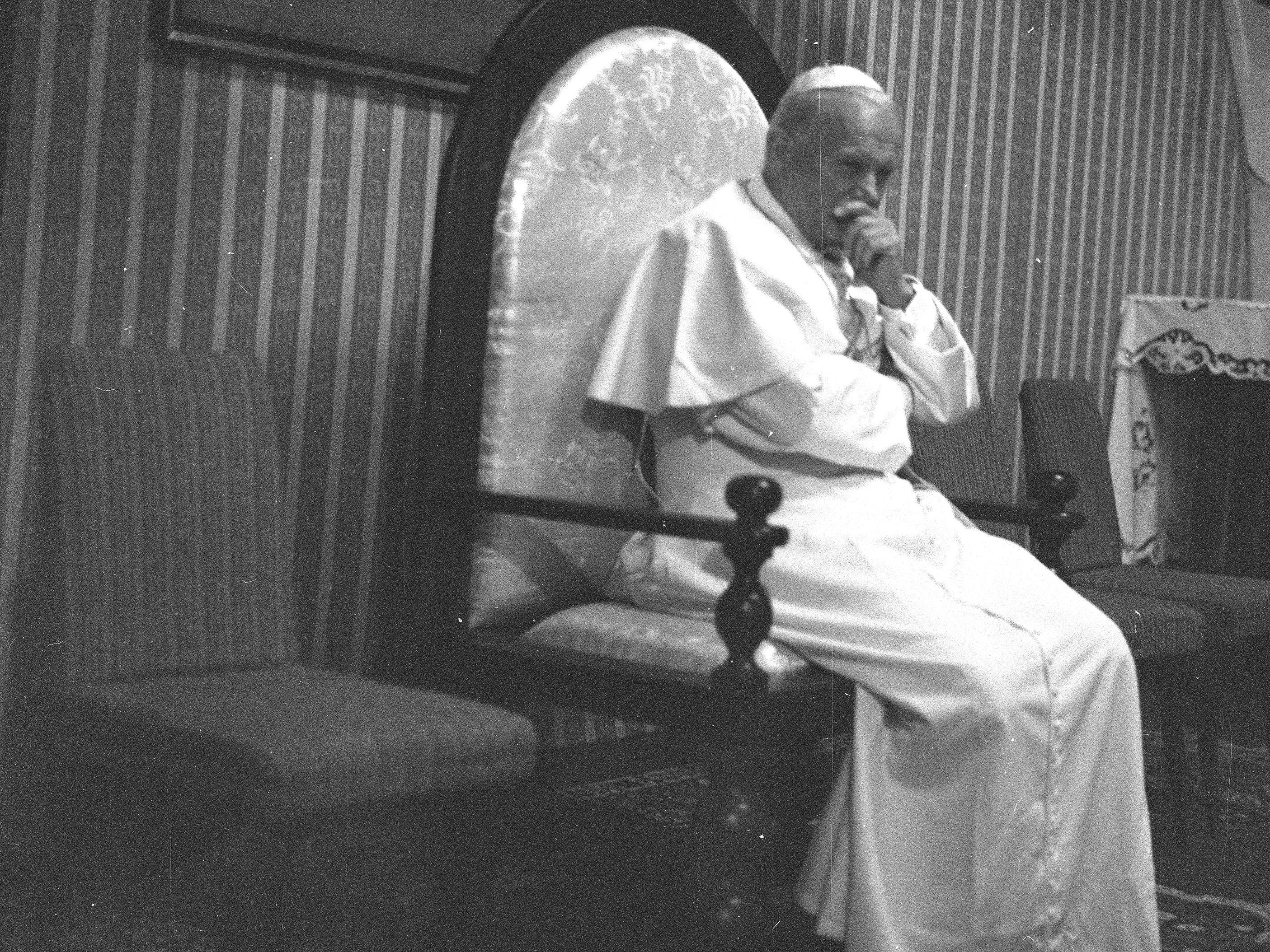 Papież Jan Paweł II podczas spotkania z Radą Naukową Episkopatu Polski w Kaplicy Różańcowej 5 czerwca 1979 r. Fot. Lech Zielaskowski / Archiwum Fotograficzne Lecha Zielaskowskiego / NAC