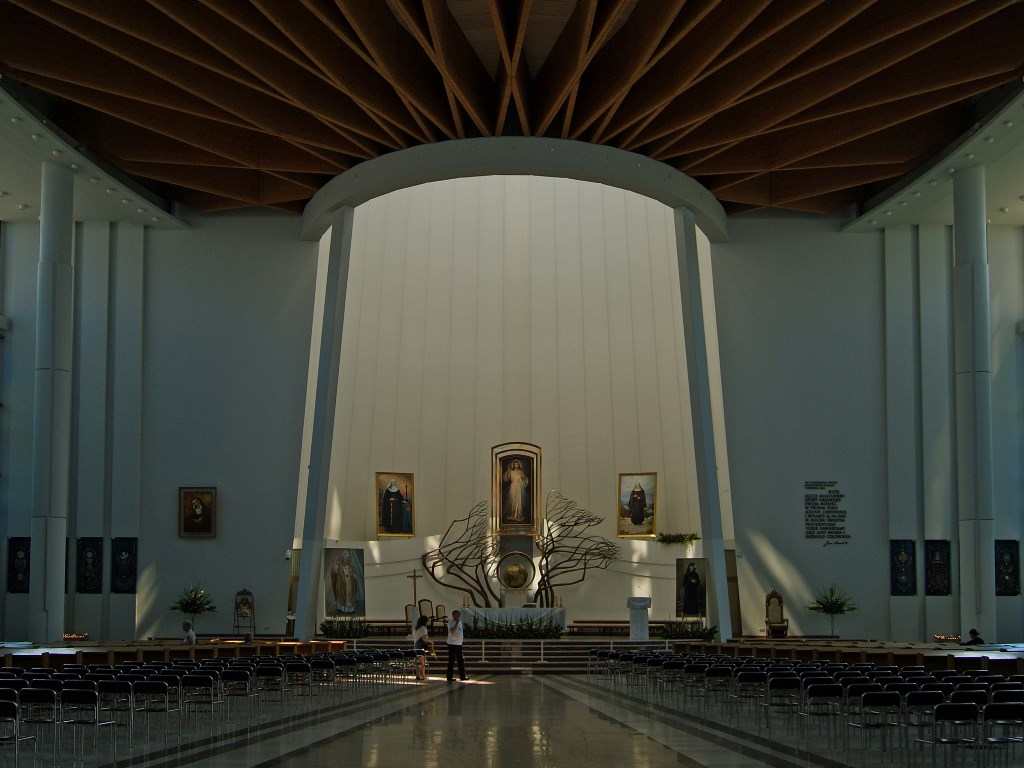 Wnętrze sanktuarium Miłosierdzia Bożego w Łagiewnikach