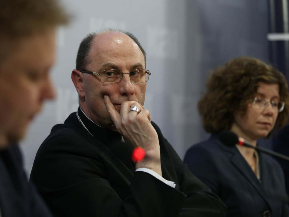 Jarema Piekutowski, abp Wojciech Polak i Marta Titaniec
