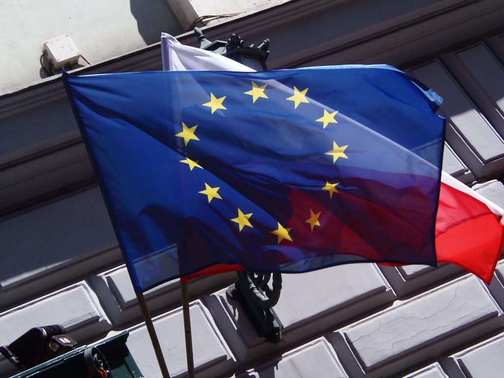 Flagi Unii Europejskiej i Polski. Fot. Mielon / na licencji CC