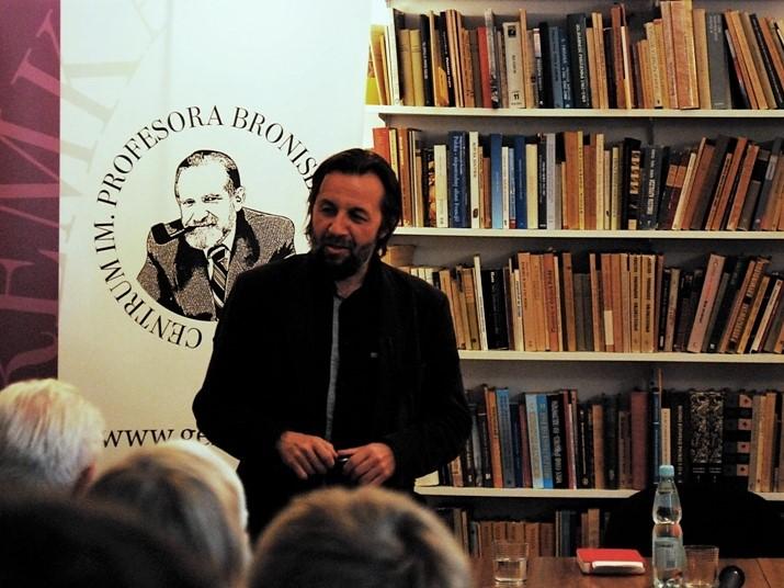 """Krzysztof Czyżewski podczas wykładu """"Pogranicze i pragmatyka etosu"""", 2012. Fot. Monika Lisiewicz / na licencji CC"""