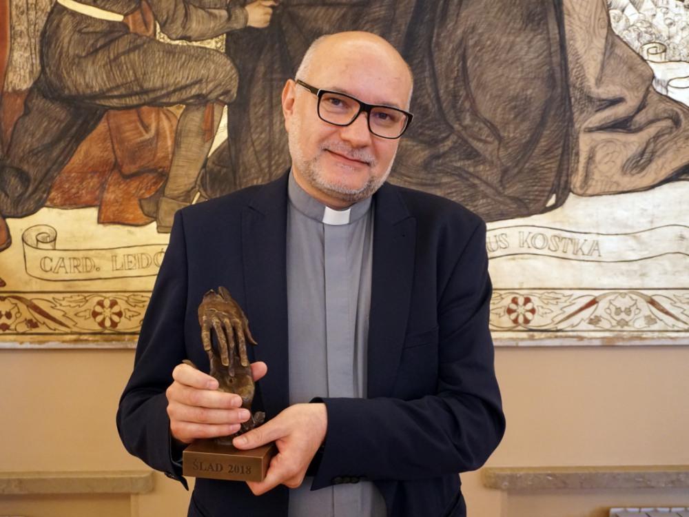 """Ks. Andrzej Draguła podczas gali Nagrody """"Ślad"""""""