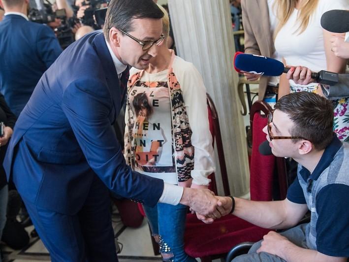 Premier Mateusz Morawiecki podczas spotkania z rodzicami osób niepełnosprawnych w Sejmie. Warszawa, 20 kwietnia 2018 r. Fot. KPRM