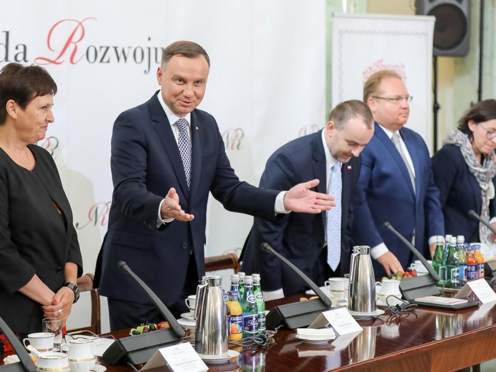 Podczas posiedzenia Narodowej Rady Rozwoju z udziałem prezydenta Andrzeja Dudy zostały zaprezentowane propozycje pytań referendalnych