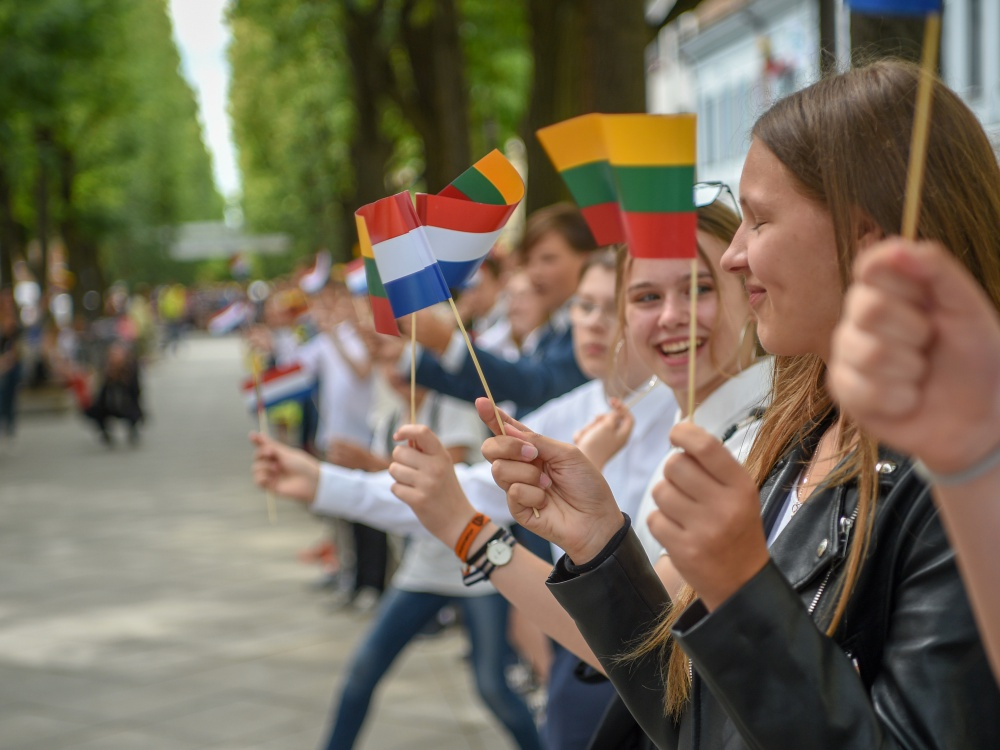 Młodzi Litwini podczas wizyty króla Niderlandów Wilhelma Aleksandra w Wilnie 15 czerwca 2018 r.