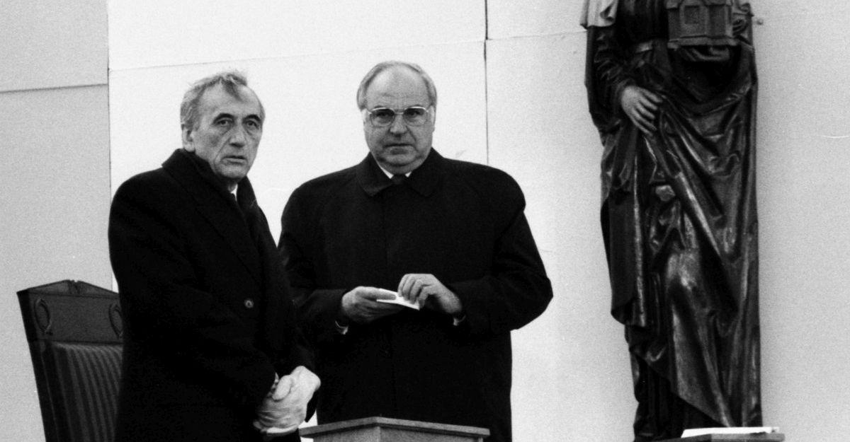 Premier Polski Tadeusz Mazowiecki i kanclerz Niemiec Helmut Kohl podczas Mszy Pojednania. Krzyżowa, 12 listopada 1989 r