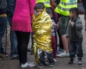 Wychłodzony chłopiec tuż po przybyciu na Lesbos