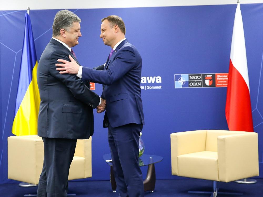 Prezydenci Polski i Ukrainy Andrzej Duda (z prawej) i Petro Poroszenko podczas szczytu NATO w Warszawie 9 lipca 2016 r.