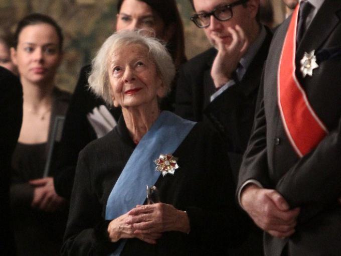 Wisława Szymborska podczas uroczystości wręczenia odznaczeń ludziom kultury przez prezydenta Bronisława Komorowskiego na Wawelu 17 stycznia 2011 r.