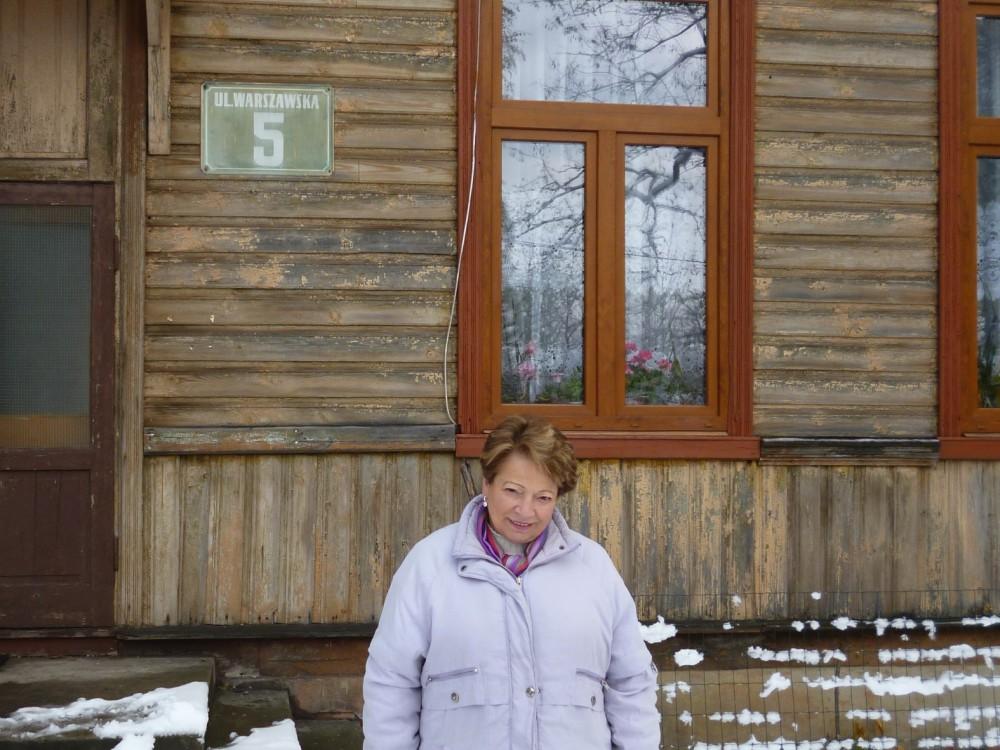 Joanna, matka Karen Kirsten, przed budynkiem sanatorium