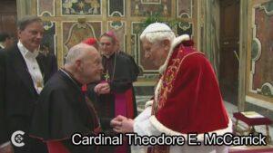 Arcybiskup Theodore E. McCarrick, jeszcze jako kardynał, podczas ostatniego spotkania Kolegium Kardynalskiego z Benedyktem XVI