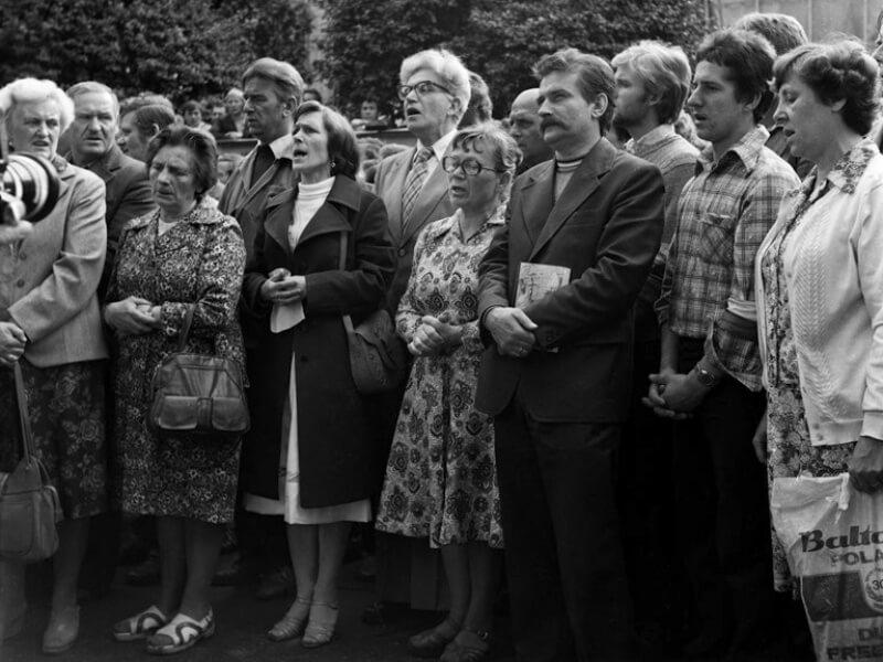 Msza św. podczas strajku sierpniowego w Stoczni Gdańskiej. W środku Anna Walentynowicz, obok niej z prawej Lech Wałęsa, za nimi Romuald Kukołowicz