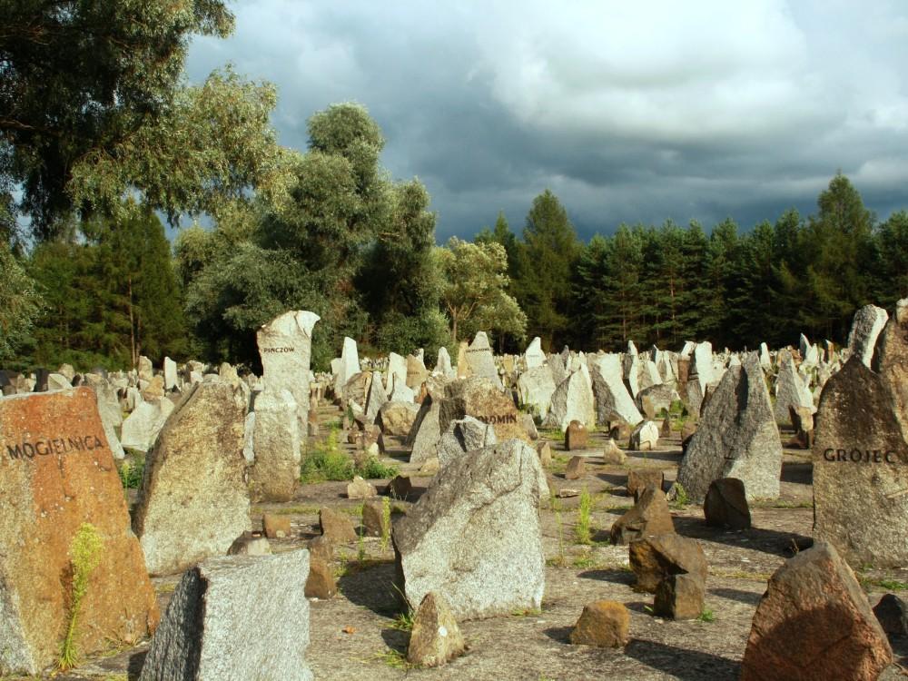 Kamienie-nagrobki na terenie byłego niemieckiego nazistowskiego obozu zagłady Treblinka II
