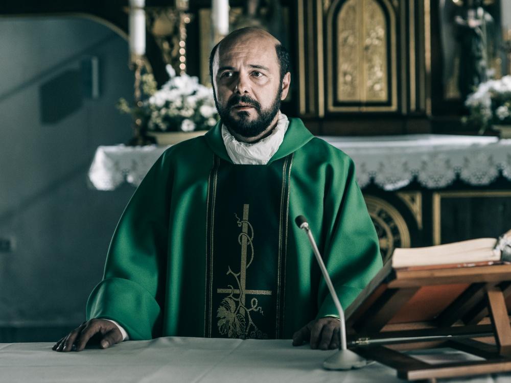 """Arkadiusz Jakubik w filmie """"Kler"""" Wojciecha Smarzowskiego"""