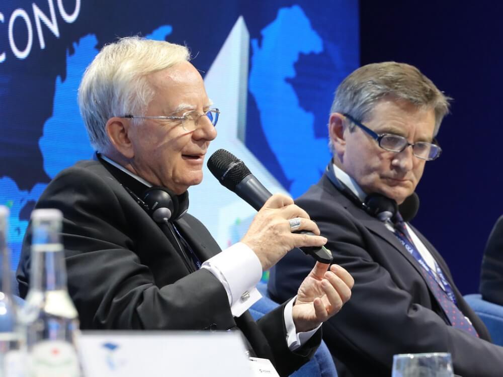"""Abp Marek Jędraszewski (z lewej) i marszałek Sejmu Marek Kuchciński podczas dyskusji """"Europa w poszukiwaniu wartości"""""""