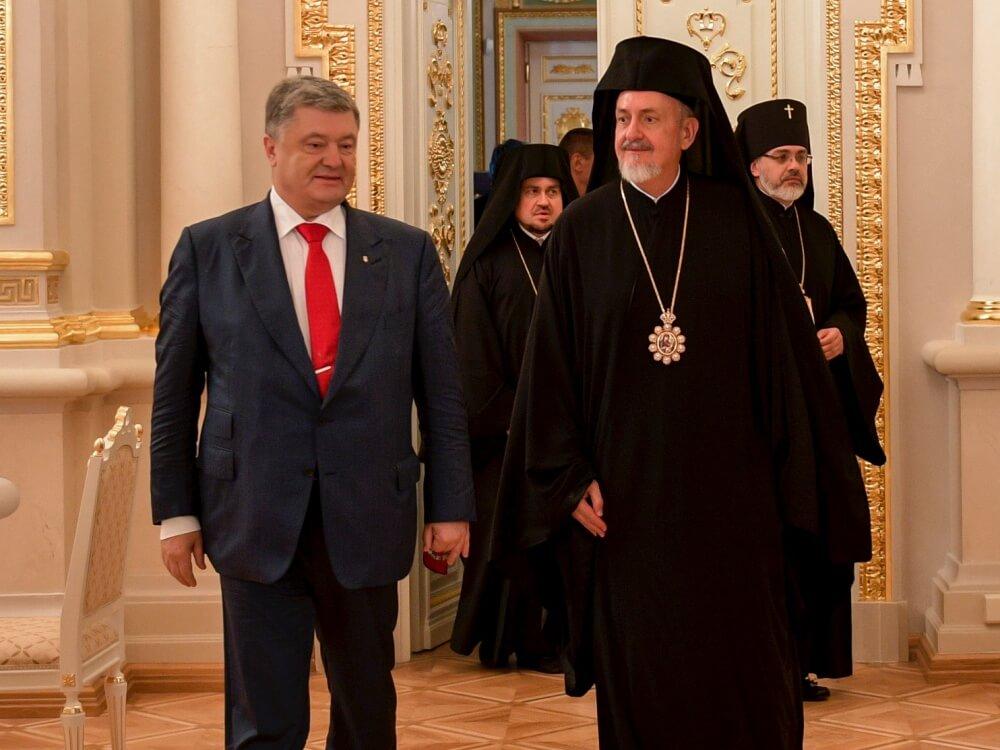 Prezydent Ukrainy Petro Poroszenko i wysłannik Ekumenicznego Patriarchatu, metropolita Francji Emanuel (Adamakis)