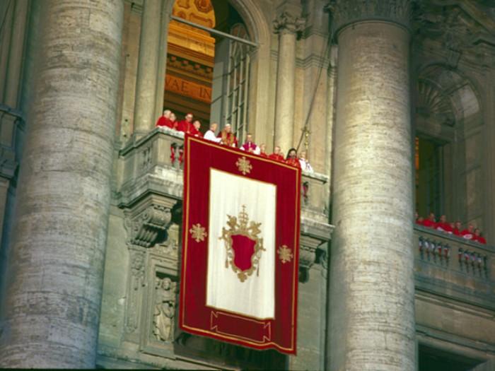 Karol Wojtyła jako Jan Paweł II na balkonie Bazyliki św. Piotra